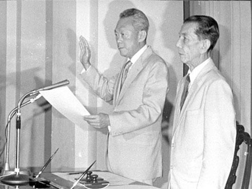 1981年1月6日,李光耀(左)宣誓就任第六任新加坡總理。(檔案照)