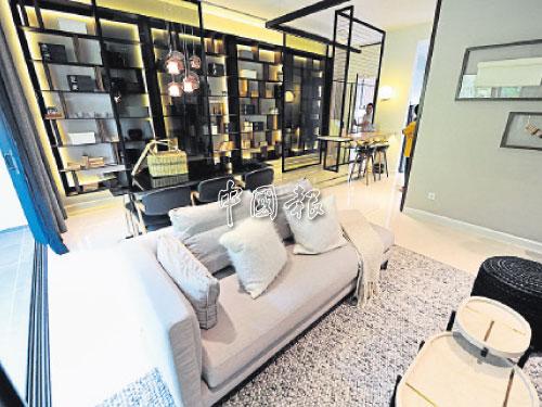 夾層式櫥櫃以強化玻璃隔間,以可穿透的視覺效果帶來更輕盈而放大的空間感。