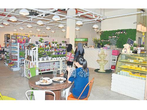 ■消費者可品嘗咖啡美食,又可選購花卉精品,一舉三得。