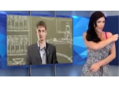 女主播阿吉拉爾在播節目時,竟然開始寬衣解帶。(圖:英國《每日星報》)