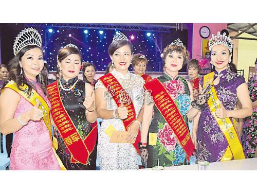旗袍比賽季軍韋素群(左2起)、冠軍林彥沁、亞軍韋美英和兩位評審美后唐愛雯(左)和李芸慧(右)。
