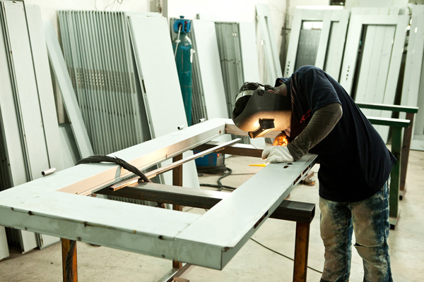 採用耐銹的電鍍鋅板製造,以及雙重保護粉末塗層再進行烘烤技術,Top Security Door Sdn Bhd™給你更堅固防盜門。