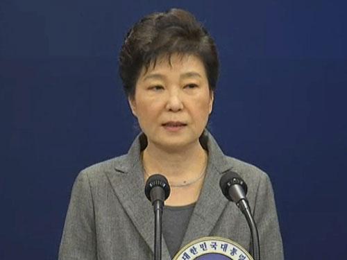 朴槿惠周二發表電視講話,表示交由國會決定其去留。(美聯社)
