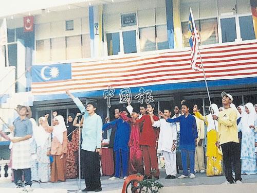 有一年學校慶祝國慶日,張起政帶領全校同學唱國慶慶典歌曲。