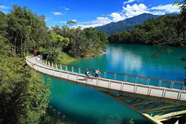騎著單車遊台灣,感受日月潭最美的瞬間。