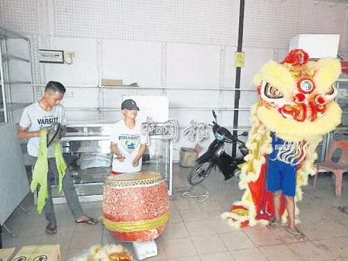 法祖拉打鼓,莫哈末依范敲鑼訓練巫裔孩童來舞動獅頭。