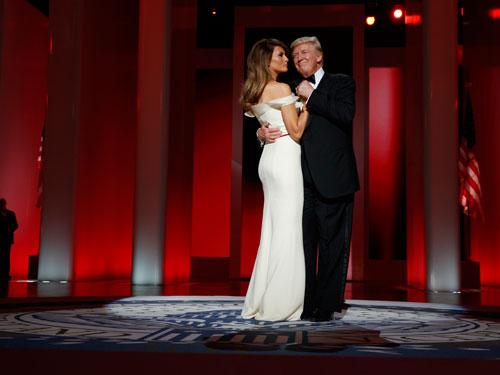特朗普偕妻子跳上任後的第一隻舞。(美聯社)