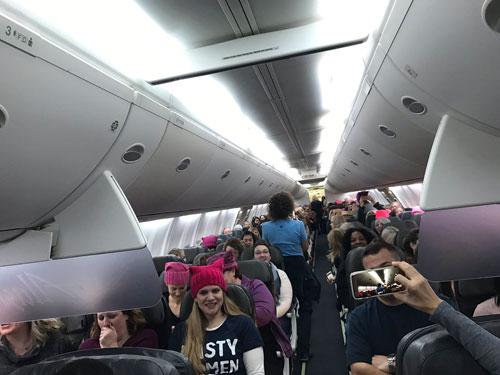 梅國西雅圖起飛的一航班,載滿參與這次遊行的女性。