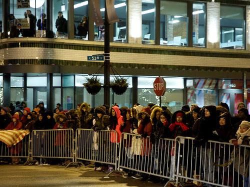 芝加哥民眾圍在場地外爭睹奧巴馬。∕路透社