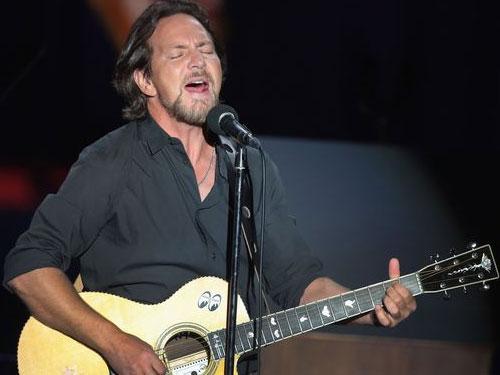 """搖滾天團""""珍珠果醬""""(Pearl Jam)主唱兼吉他手維德(Eddie Vedder)在奧巴馬演講前登台演唱。∕法新社"""