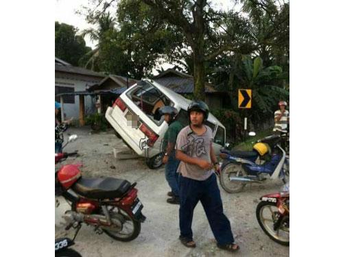 綁匪被民眾追逐至雙溪布隆15英哩時,貨車失控翻覆。