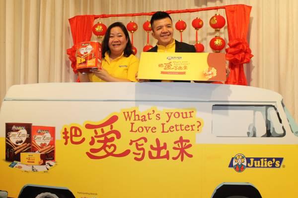 """謝觀賜(右)與市場部總經理余碧君一同主持""""What's Your Love Letter?把愛寫出來""""運動、""""Love Invite""""及""""愛.在一起競賽""""推介禮。"""