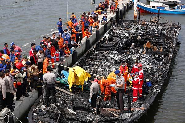 警員和搜救人員在燒毀的船上展開搜救與調查工作。圖:路透社