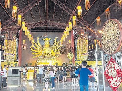 在古來普陀村內,堪稱東南亞最大的室內準提觀音菩薩像,吸引許多善信膜拜。