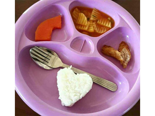 一小塊木瓜、幾片馬鈴薯和一小塊滷肉,加一個愛心形狀的白飯竟然要價4令吉?!