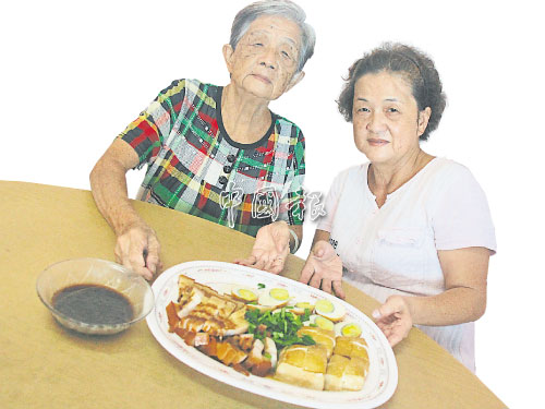 陳巧珍(右)最愛母親林亞惜的拿手好菜潮州滷肉。