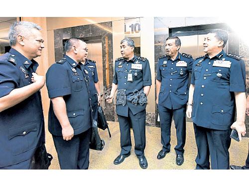 ■卡立(右3)在旺阿末(右)陪同下,與高階警官寒暄。