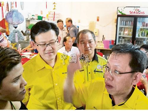 沈桂賢(右)表明會協助砂拉央中華小學申請延長地契。左2起為薛華東和吳振發。