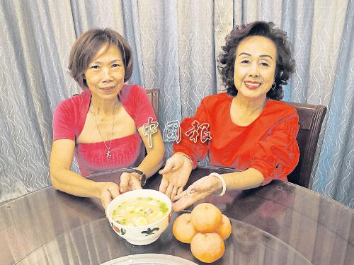 """鄧貴鳳(左)及謝佩芝將一道客家人愛吃的家鄉菜""""客家春灌""""分享給讀者。"""