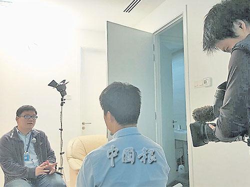 《中國報》社會新聞組高級記者林榮國(左起)接受NHK電視台新加坡支局局長藪英季的訪問。