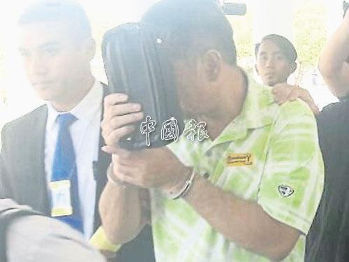 阿旺達欣被押離法庭時掩蓋著臉。