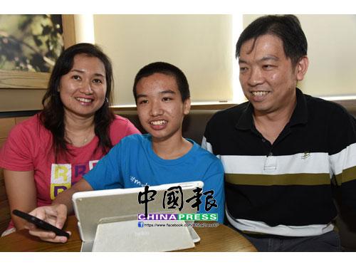 林文捷的父母陳美意(左起)及林永達,支持孩子往軟件設計領域發展。