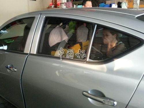 在車內的被告黃佩雯看見記者在場,趕緊用手遮臉,一臉驚慌無助。