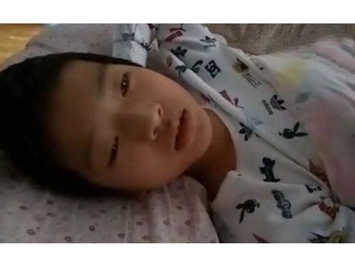 躺在病床上的曹俊明。