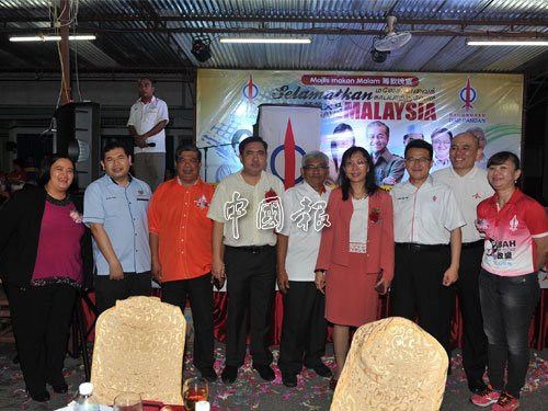 眾領袖在行動黨籌款晚宴上合影,左起為張菲倩、拉菲茲、末沙布、陸兆福、阿茲巴里、郭素沁、劉鎮東、劉永山和何麗賢。