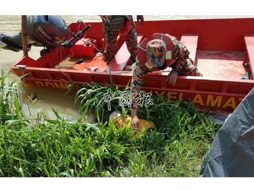 莫哈末依克萬屍體被發現時,卡在河裡的草叢處。