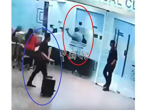 疑是李智有(藍圈)的男子,經過診所外時,目不轉睛注視金正男(紅圈)的一舉一動。