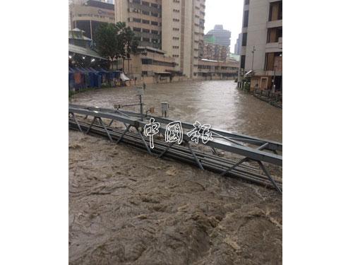 印度清真寺路(Jalan Masjid India)的巴生河水氾濫成災。