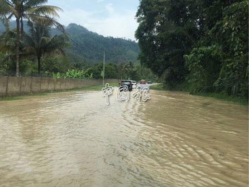 文冬吉隆坡舊路文冬河水也溢出道路,只讓重型車輛經過。