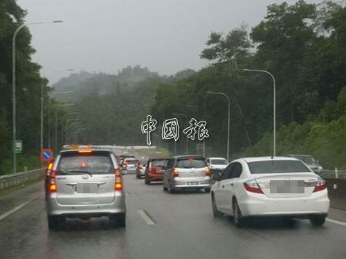 加叻大道一場豪雨後,山溪山衝到大道,引發塞車。