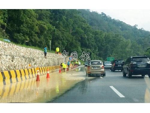 雨停了,左旁道路還積水,大道公司工作人員到來瞭解。