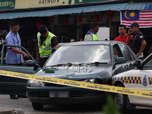 警方人員地毯式搜查歹徒的轎車。