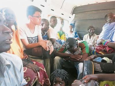 郭世昌与当地人一起,乘搭西非布基纳法索和马里的过境巴士,体验当地生活。