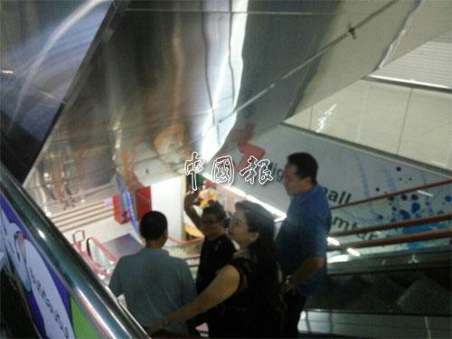 丘光耀(前左)在被警方帶走時,向張玉麒揮手。