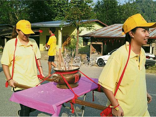 華人民間信仰慶典很多時候由男性主導,女性有很多禁忌,但在這裡,女性可以請神上下轎、抬香爐、抬其中一位神明(叔婆太)的轎子。