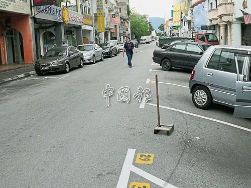 商家私自霸占公共泊車位,造成民眾困擾。