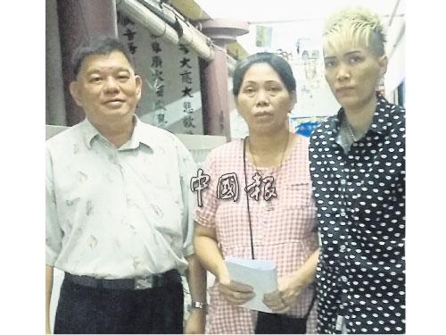 朱秀佳(右起)與母親賴桂花感謝陳濤的協助獲得津貼。