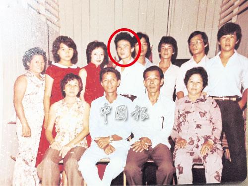 曾啟明(后排左4)已失散逾20年,曾松希望可在有生之年,與兒子再見一面。