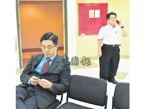 巫程豪(左起)和魏宗賢週一(20日)就誹謗案一事,一同到新山民事高庭聆聽裁決,兩人在法庭外相遇,但未有交談。