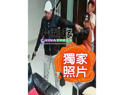 """相信是綁架案首腦""""Wak Lan""""的男子,持槍擄綁肉票時,被閉路電視攝下樣貌。 (照片由Detik News提供)"""