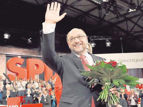 舒爾茨當選社會民主黨黨魁后,向支持者揮手致意。(美聯社)