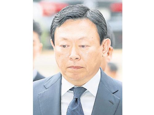 樂天集團會長辛東彬一臉愁容出庭。(法新社)