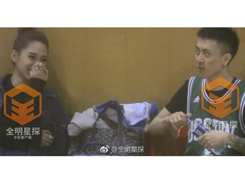 阿嬌陪秦奮打籃球,還化身粉絲在球場邊為他打氣。