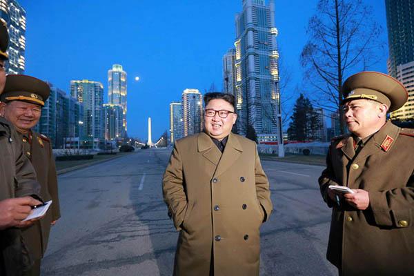 金正恩日前視察平壤市區建設。∕韓聯社