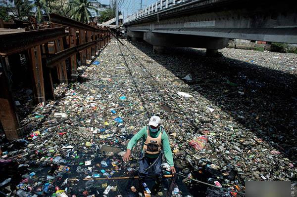 志願者在打撈垃圾。