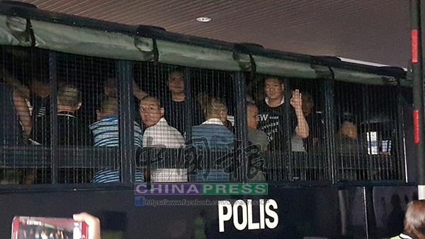 被控的24黨徒們被帶抵法庭時,囚車內一直有人喊「Bebas SOSMA!」